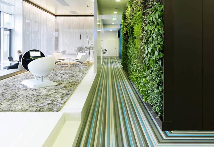 Một mảng tường xanh trong văn phòng