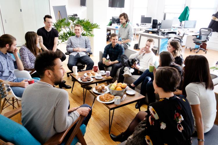 Nhân viên Warby Parker thường tổ chức bữa ăn trưa cùng nhau
