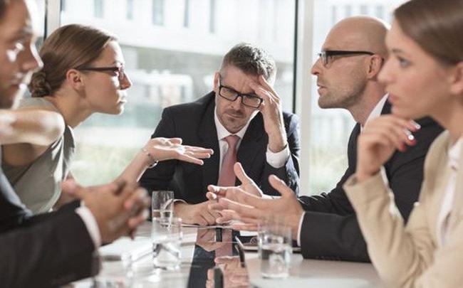 """4 cách ĐỐI PHÓ với đồng nghiệp hay ra rẻ """"KẺ CẢ"""" trong công ty"""